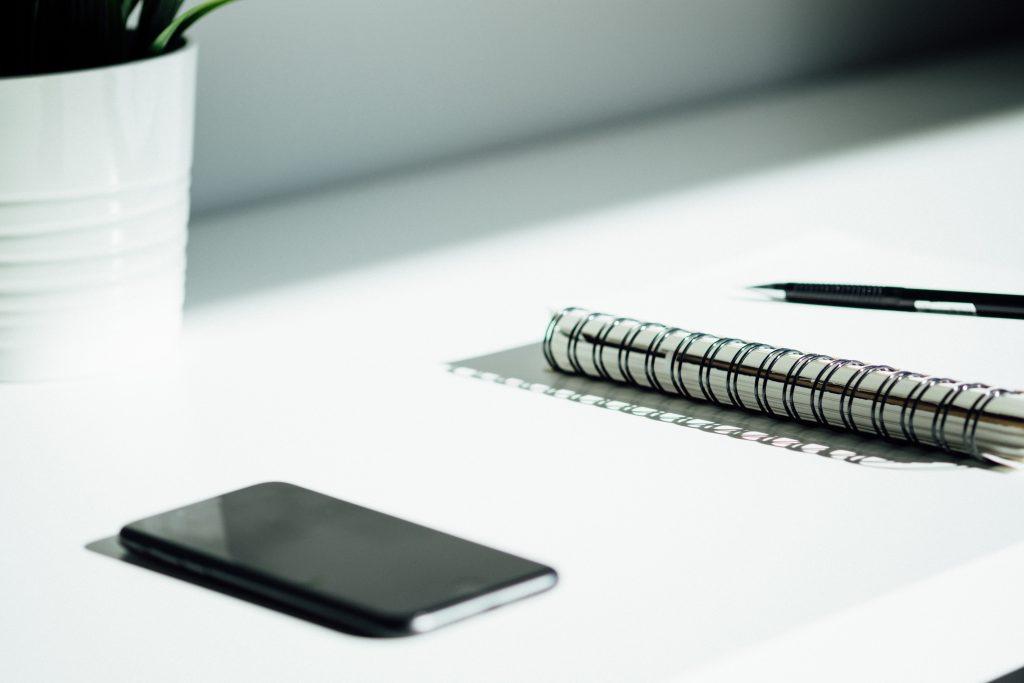 Libreta movil y smartphone para explicar el Buyer Persona